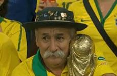 """Ảnh cổ động viên Brazil ôm cúp """"chết lặng"""" gây xúc động mạnh"""