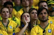 Cổ động viên nhí khóc nức nở khi chứng kiến Brazil bị vỡ trận