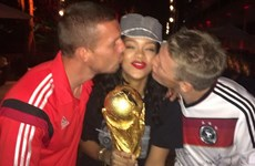 Các cầu thủ Đức tranh nhau hôn Rihanna ở lễ mừng chức vô địch