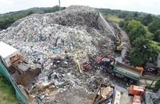 """Bãi rác khổng lồ cao 12m và có mùi như """"xác chết thối rữa"""""""