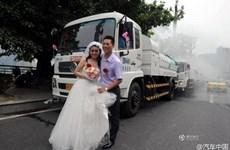 Chú rể bị chỉ trích dữ dội vì dùng xe chở nước để rước dâu