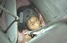 Cận cảnh vụ giải cứu bé gái bị kẹt trong ống khói nhà chung cư