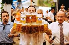Hầu bàn người Đức lập kỷ lục thế giới với 27 vại bia trên tay