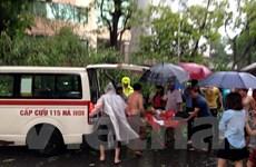 [Photo] Cây đổ la liệt trên đường phố Hà Nội đè lên ôtô, xe máy