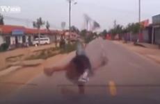 Cậu bé thoát chết thần kỳ khi bị ôtô đâm trong lúc chạy qua đường