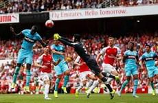 Petr Cech mắc lỗi liên tiếp, Arsenal thua sốc ngay tại Emirates