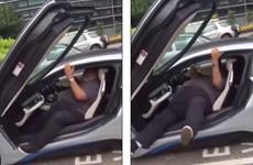 """Người đàn ông """"vật lộn"""" với siêu xe của BMW vì thân hình quá khổ"""