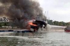[Photo] Cháy tàu du lịch, du khách hoảng loạn nhảy xuống biển