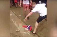 Cổ động viên quá khích của Anh giẫm chân, nhổ nước bọt lên cờ Nga