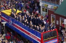 """Cổ động viên tràn xuống đường chào đón """"nhà vô địch"""" Iceland"""
