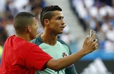 """Ronaldo bối rối vì bị """"fan cuồng"""" làm phiền, chụp ảnh tự sướng"""