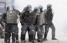Pháp: Người biểu tình quăng bom xăng tấn công lực lượng cảnh sát