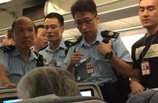 Nữ hành khách nổi giận hất nước cam vào tiếp viên hàng không