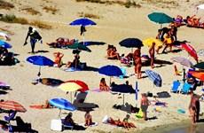 """Italy quyết tâm xử nạn """"xí chỗ"""" trên bãi biển của du khách"""