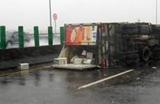 Siêu bão Meranti tàn phá Đài Loan, thổi tung người đi đường