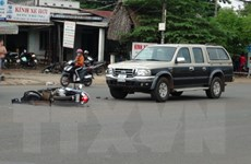 Xe máy va chạm cực mạnh với ôtô làm 2 người bị thương nặng