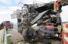 Hai xe tải va chạm cực mạnh làm hai người tử vong tại chỗ