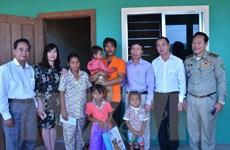 Thăm hỏi cháu bé Campuchia bị bạo hành chích điện