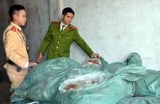 Quảng Ninh phát hiện xe chở 1,3 tấn thực phẩm không rõ nguồn gốc