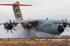 """""""Siêu máy bay vận tải"""" chở Bộ trưởng Quốc phòng Đức bị hỏng động cơ"""