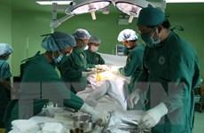 Thực hiện ca phẫu thuật thay khớp háng cho cụ ông 98 tuổi