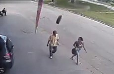 [Video] Người đi bộ suýt mất mạng vì bị lốp xe văng trúng đầu