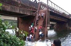 Cây cầu cũ nát bị sập làm hàng chục người chết và mất tích