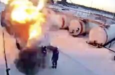"""Rùng mình khoảnh khắc xe chở xăng phát nổ, """"thổi bay"""" 2 công nhân"""
