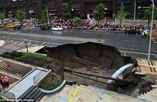 """Hố tử thần xuất hiện trên đường phố Trung Quốc, """"nuốt chửng"""" xe ôtô"""