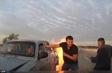Ngoạn mục màn giải cứu 3 người trong chiếc xe đang bốc cháy