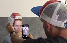 Dùng ống hút và hộp humburger làm phụ kiện để chụp ảnh chân dung