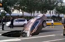 """Siêu xe Rolls-Royce bị """"hố tử thần"""" nuốt chửng ngay trên đường"""