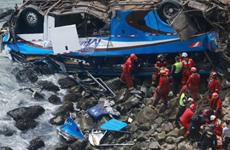 Xe buýt va chạm với xe tải làm ít nhất 25 người thiệt mạng