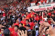 """[Video] Người hâm mộ TP.HCM """"vỡ òa"""" khi thấy các cầu thủ U23 Việt Nam"""