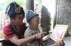 Nữ chiến sỹ địu con tham gia Chiến dịch Điện Biên Phủ
