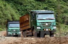 """[Photo] Xe tải chở quặng """"băm nát"""" nhiều tuyến đường ở Hà Giang"""