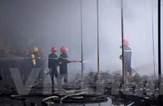Cháy lớn ở kho hàng gốm sứ thuộc huyện Gia Lâm gây thiệt hại lớn