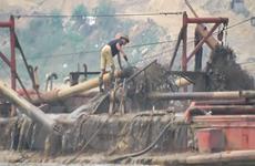 Yêu cầu xử lý nghiêm nạn 'cát tặc' sông Hồng theo VietnamPlus phản ánh