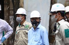 Đại diện Bộ TN-MT đeo mặt nạ phòng độc kiểm tra vụ cháy Rạng Đông