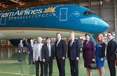 Thủ tướng Anh chụp ảnh cùng máy bay mới A350 của Vietnam Airlines