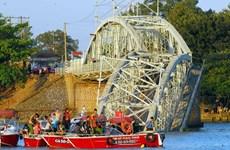 Điều cẩu nổi công suất lớn nhất Việt Nam đến vụ sập cầu Ghềnh