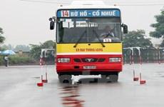 """Hà Nội: Tài xế xe buýt trình diễn kỹ năng """"tay lái lụa"""""""