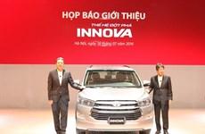 """Toyota Innova 2016 mới khan hàng, khách """"dài cổ"""" chờ nhận xe"""