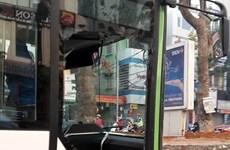 Buýt nhanh BRT bị vỡ cửa kính do xe ôtô 4 chỗ lấn làn tạt đầu