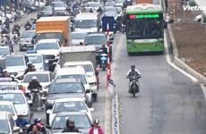 """Xe máy vẫn """"bon chen"""" làn đường buýt BRT dù có dải phân cách cứng"""
