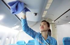 Nữ nhân viên hàng không với công việc lặng thầm dưới cánh bay