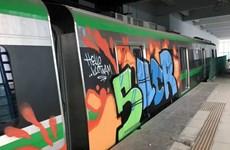 Toa tàu Cát Linh-Hà Đông bị kẻ xấu vẽ tranh phun sơn Graffiti