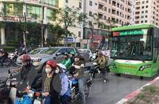 """Xe máy, ôtô thản nhiên nối đuôi chiếm 'lãnh địa"""" buýt nhanh BRT"""