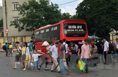 Người dân mệt nhoài về Thủ đô, nhà xe 'chặt chém, nhồi khách'