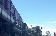 Xe bồn bê tông bị vỡ cabin sau khi đâm tàu chở hàng tại Nghệ An